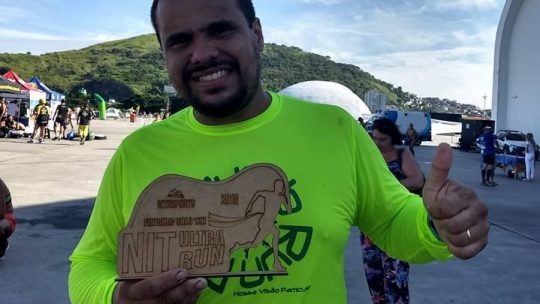 Beto Gandra cuida da máquina de olho na Nit Ultra Run 12h, em Niterói